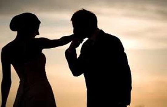 نزع عباءتها وقبل يدها.. مشهد جريء بين شاب وفتاة يثير الغضب في السعودية (فيديو)