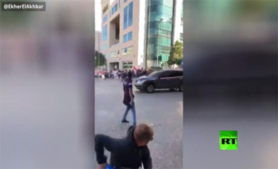 بالفيديو : موكب نائب لبناني يطلق النار في الهواء ويشق طريقه بين المتظاهرين