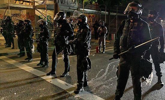شيكاغو.. إصابة ضباط حاولوا منع متظاهرين من إسقاط كولومبوس