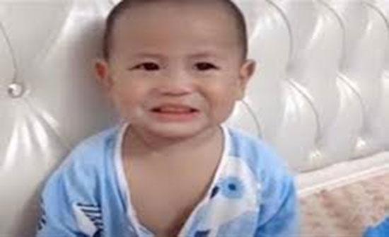 فيديو : طفل صيني يحاول خداع والدته بابتسامة مزيفة