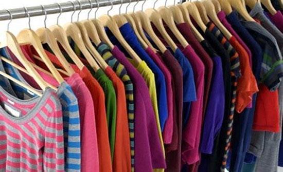 انخفاض أسعار الملابس والأحذية بالسوق المحلية