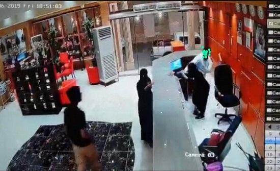 شاهد: رفضت دخول غرفة معه.. رجل يضرب موظفة استقبال بفندق في السعودية