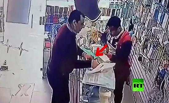 بالفيديو : رجل يسرق من محل هواتف محمولة في مصر
