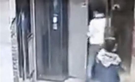 لحظة سقوط رجل من فتحة مصعد حاول تحطيمه (فيديو)