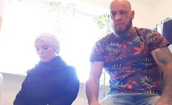 صورة للمصارع النمساوي المسلم حديثا  وهو يصلي برفقة زوجته