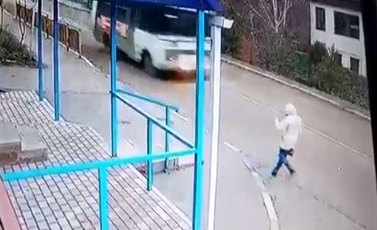 مشهدٌ مرعب.. روسيا تنجو من موت محتّم تحت عجلات حافلة! (فيديو)