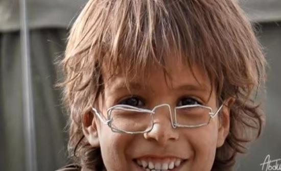 فيديو :  نظارة طفل يمني تتحول الى قضية إنسانية