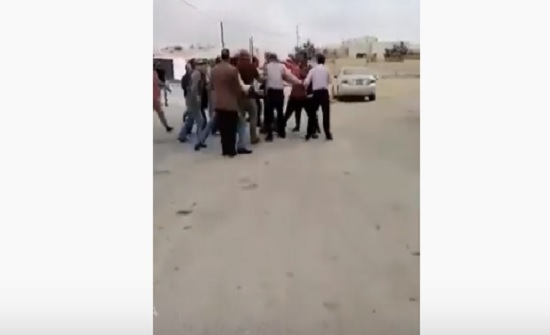 شاهد : معلمون مضربون يعتدون على مصور  تلفزيوني بالكرك
