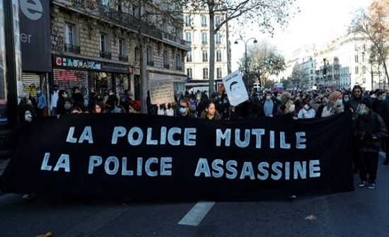 فجّروا ثورة في فرنسا .. المدعي العام في باريس يرهن 3 شرطيين قيد الاعتقال بتهمة ضرب رجل أسود