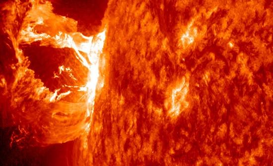 """علماء يحذرون من عاصفة شمسية وشيكة ستدمر الأرض وتتسبب في """"نهاية الإنترنت"""""""