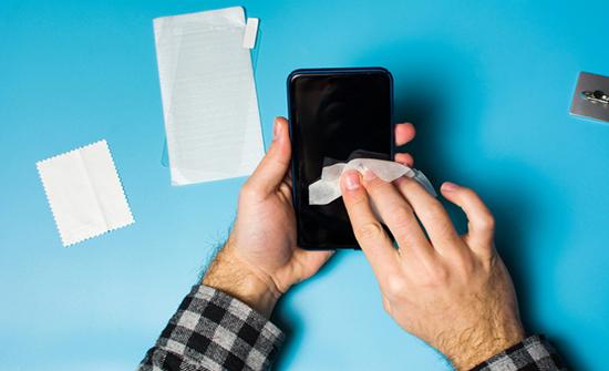 إليك الطرق الصحيحة لتنظيف شاشة هاتفك بشكل محترف