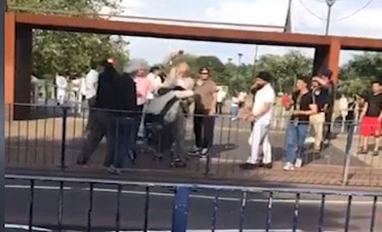 بريطانيا : رجال مسنين يعتدون على مراهق (فيديو)
