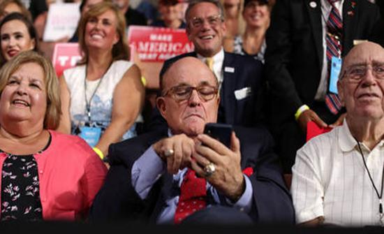 """محامي الرئيس الأمريكي يلوح بـ """"تأمينات جيدة"""" تحميه من """"خيانة ترامب"""""""