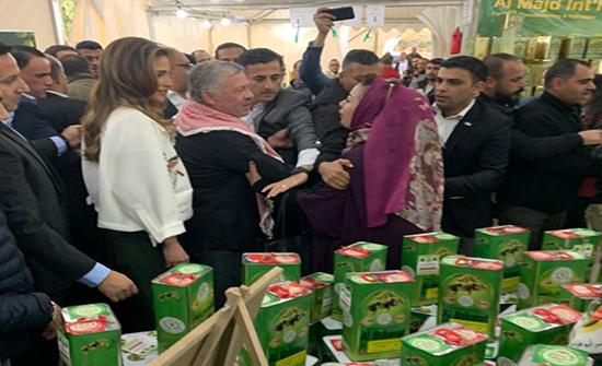 بالصور : الملك والملكة في زيارة مفاجئة لمهرجان الزيتون في حدائق الحسين