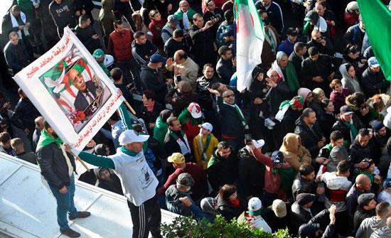 بالفيديو : الجزائر.. مظاهرات رافضة للانتخابات وأخرى مؤيدة للجيش