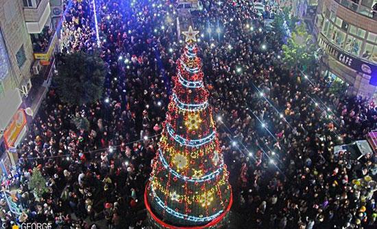 بالفيديو : الضفة الغربية.. الاحتفال بإضاءة شجرة الميلاد في رام الله