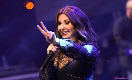 بالصورة : نانسي عجرم ترسم العلم اللبناني على وجهها