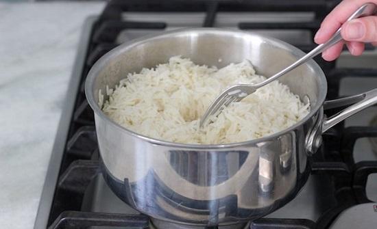 عند طهو الأرز.. تحذير من خطأ يرتكبه الكثيرين يسبب مشاكل صحية