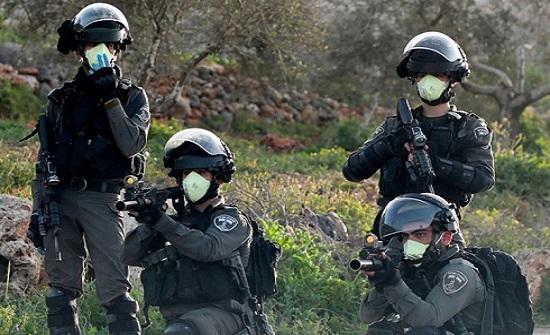 """الاحتلال يلقي فلسطينيا بالشارع بعد إصابته بـ""""كورونا"""" (شاهد)"""