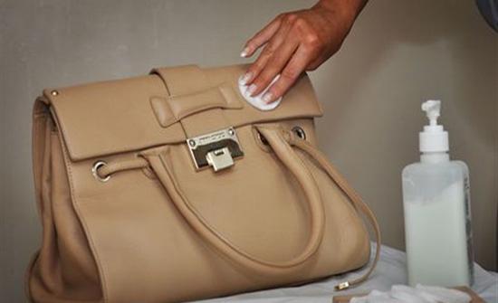 3 طرق آمنة لتنظيف الحقيبة الجلد منها الكحول