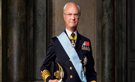 شاهد : ملكٌ السويد يحمل حقائب سفره بنفسه