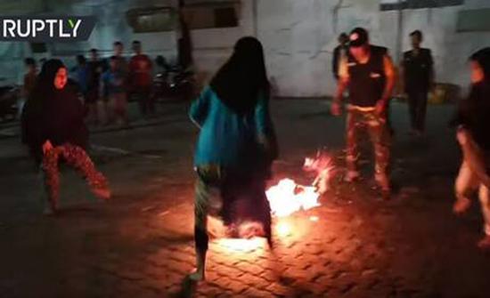 أطفال شجعان يلعبون كرة النار حفاة بمناسبة العام الهجري الجديد في اندونيسيا