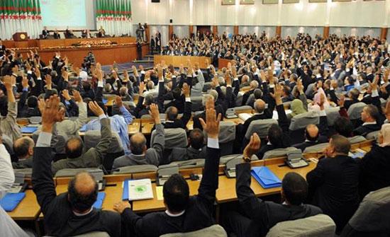 الجزائر تتجه للتمديد للبرلمان لبحث مسودة الدستور