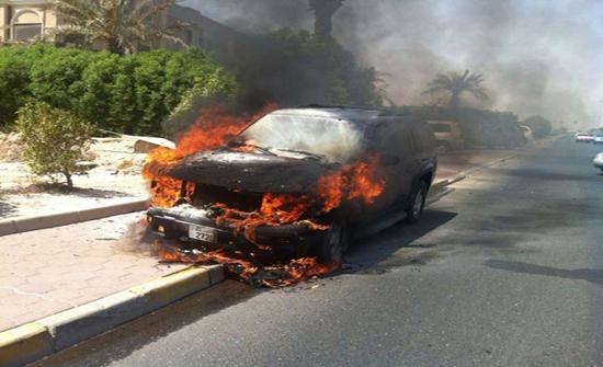 بالصور  : إخماد حريق مركبة في عمان