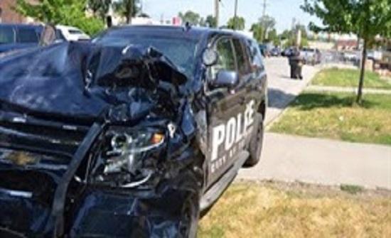 امرأة تحاول سرقة سيارة شرطة في أمريكا (فيديو)