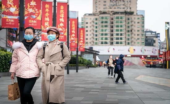 """بالفيديو : الحياة تعود """"بحذر"""" إلى شوارع """"ووهان"""" الصينية"""