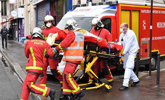 بالفيديو : عملية طعن في باريس توقع 4 جرحى.. وتوقيف مشتبهين بهما