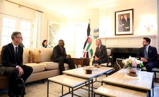 الملك يبحث مع وزير الدفاع الأمريكي افاق التعاون العسكري والأمني