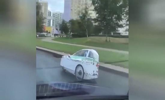 شاهد : السيارة الثلاثية  لتفادي الاختناقات المرورية في موسكو