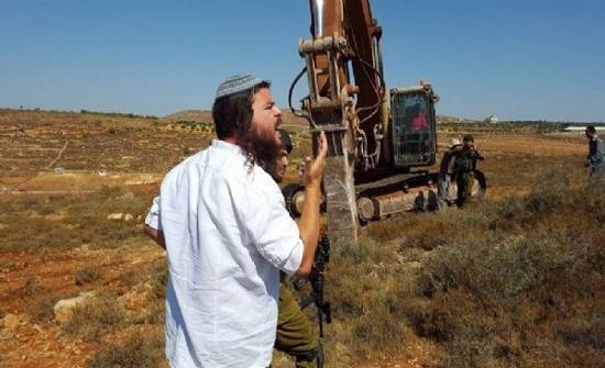 مستوطنون يجرفون اراضي زراعية في رام الله