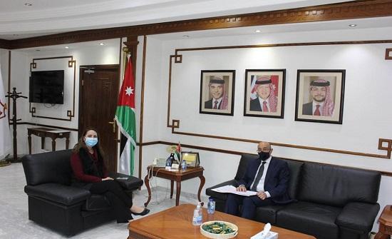 وزيرة الصناعة تبحث مع السفير التونسي تعزيز التعاون الاقتصادي