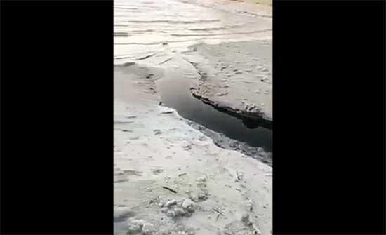 سلطة المياه تحقق من تسرب مياه سوداء إلى البحر الميت .. بالفيديو