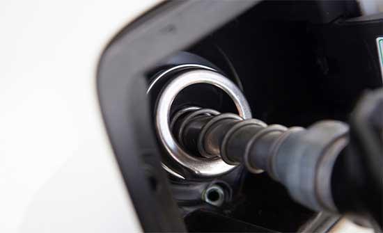 الحكومة تعلن استمرار ارتفاع أسعار المشتقات النفطية عالميا