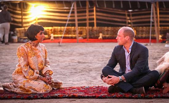 صور : الأمير ويليام يجرب نمط حياة الصحراء في خيمة بالكويت