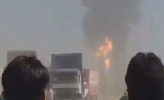انفجار على حدود إيران وأفغانستان يلتهم عشرات من شاحنات الوقود .. بالفيديو