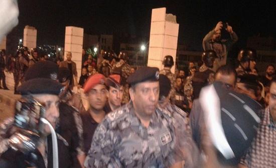 بالفيديو .. الحواتمة يتحدث مع المتظاهرين : اشرحولي قانون الضريبة