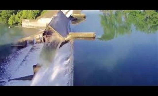 لحظة انهيار سد على نهر جوادلوب في الولايات المتحدة (فيديو)