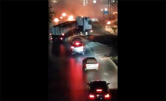اشخاص يغلقون الشارع الرئيسي في ناعور .. بالفيديو