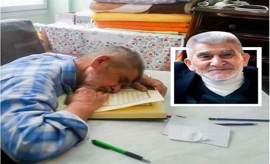 تشعل تويتر .. صورة لمسن تركي مات على مصحفه وهو صائم