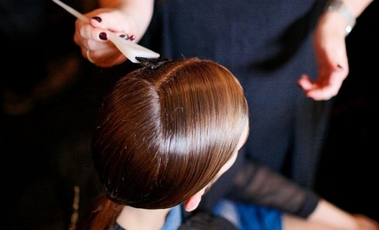 دراسة: الصبغة تؤذي جلد مصففي الشعر