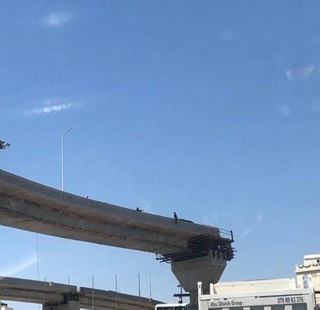 مواطن يحاول الانتحار على دوار المدينة