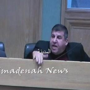 فيديو : السعود يكسر مايك البرلمان بسبب منعه من الحديث