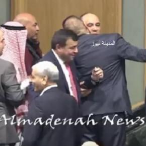 بالفيديو :  شاهدوا القيسي يتلقى قبلات الفوز من النواب