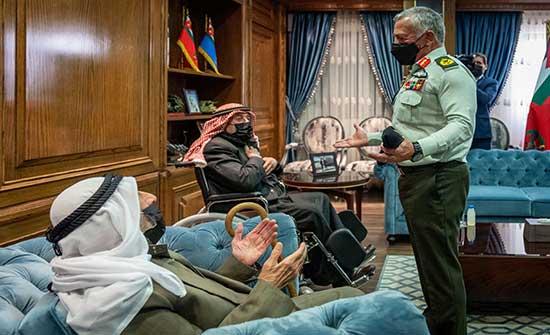 الملك يكرم ضابطي صف عاصرا قرار تعريب قيادة الجيش