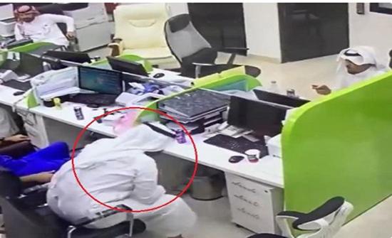 بالفيديو : ممرض بمستشفى في حفر الباطن ينقذ زميله بعد اختناقه وهو يتناول الطعام