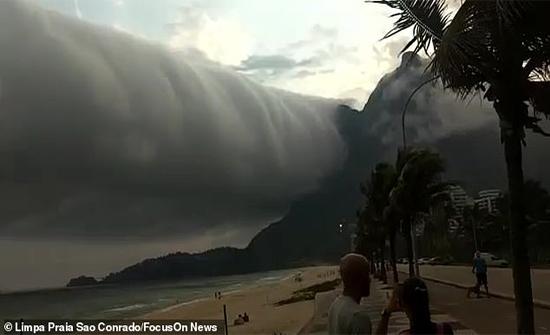 بالفيديو: سحابة متحركة تثير ذعر السياح في البرازيل
